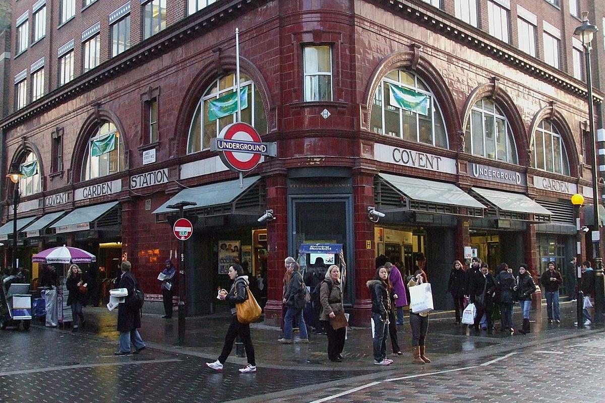 A la sortie du métro Covent Garden.