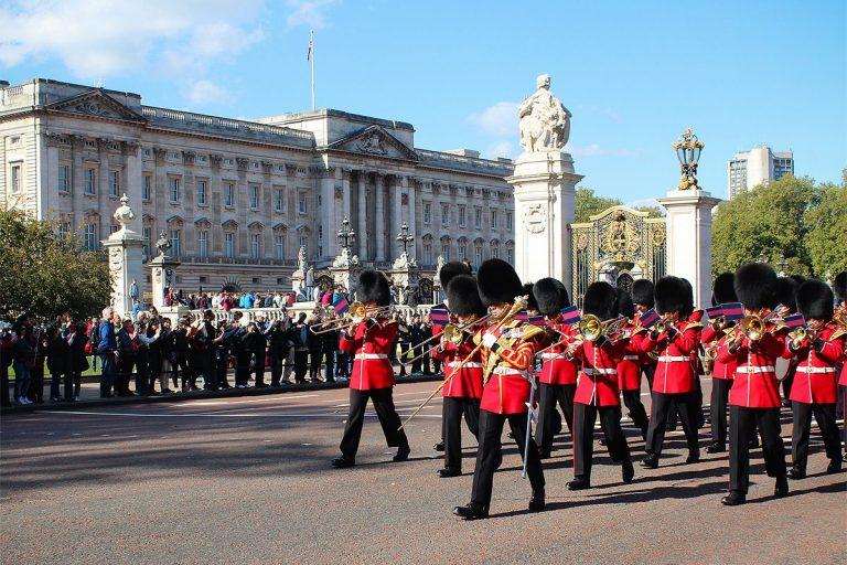 Assistez à la relève de la garde à Buckingham Palace
